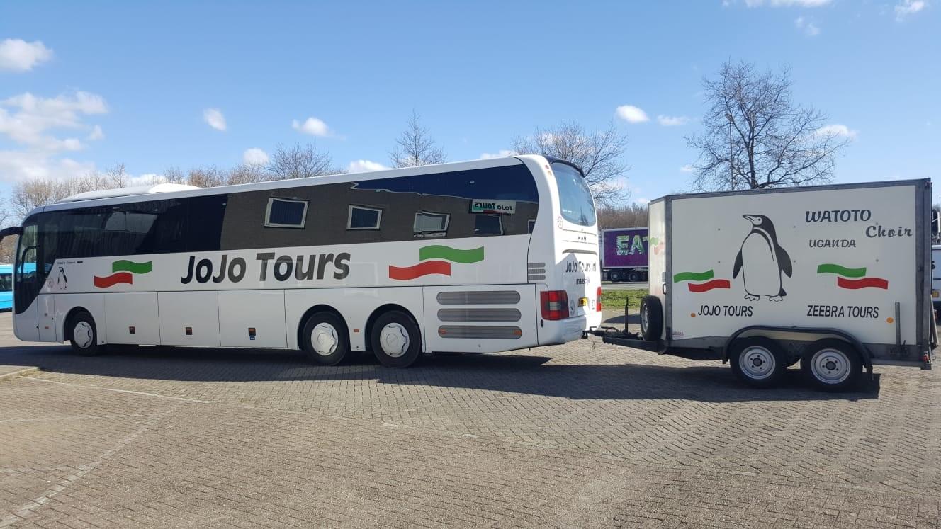 Bus met aanhanger watoto vereniging